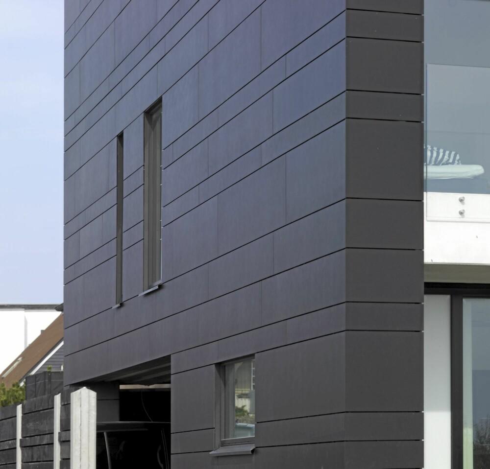 SOLIDE OVERFLATER: Fasaden kledd med mørke fiberbetongplater. De tåler kystklimaet og sparer beboerne for vedlikehold.