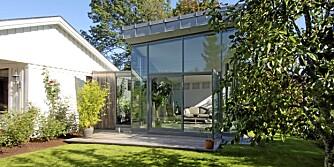 GLASS OG SINK: Det moderne tilbygget markerer seg mot det gamle huset.