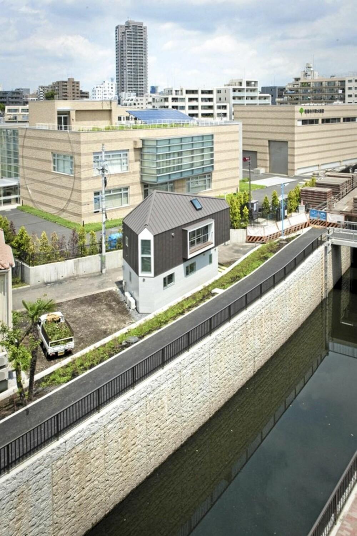 ELVEBREDDEN: Tomten huset skulle bygges på lå vanskelig til mellom en elv og en vei.