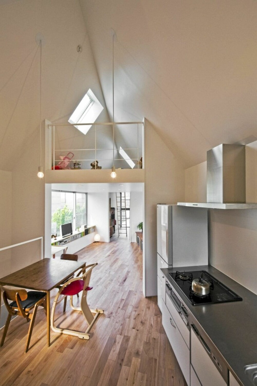 DAGSLYS: Smale hus kan fort virke mørke og små, men her sørger store vindusflater i oppholdsrommene for at mye lys slipper inn og åpner rommet opp.