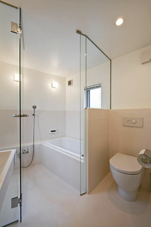 BADEROM: Badet er også lagt i husets underetasje, i husets private sone.
