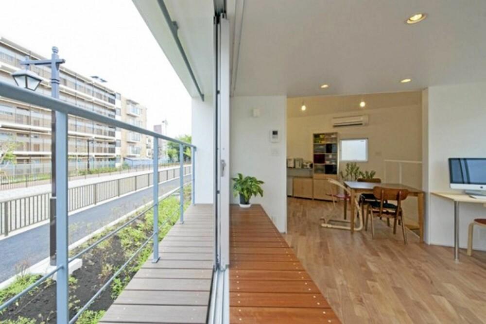BALKONG: En praktisk balkong løper langs byggets ene langside.
