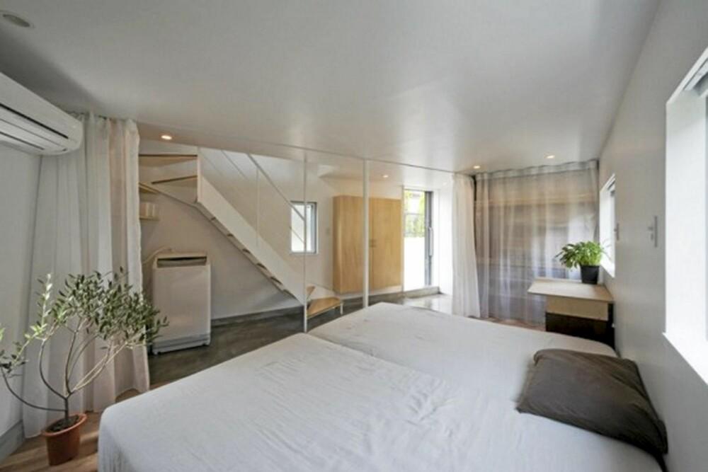 SOVEROM: I huset bor et ungt ektepar med en datter. Begge soverom er lagt til byggets privatsone i underetasjen.