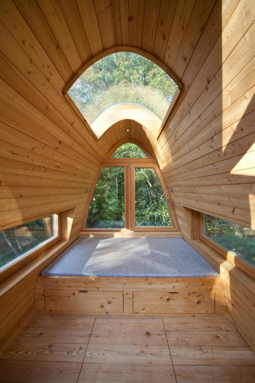 SOVEAVDELING: Tilbygget består av to etasjer. Den øverste er beregnet for avslapping, og her kan man ligge på ryggen og la tanker og blikk fare ut av vinduet i taket. (FOTO: Markus Bollen)