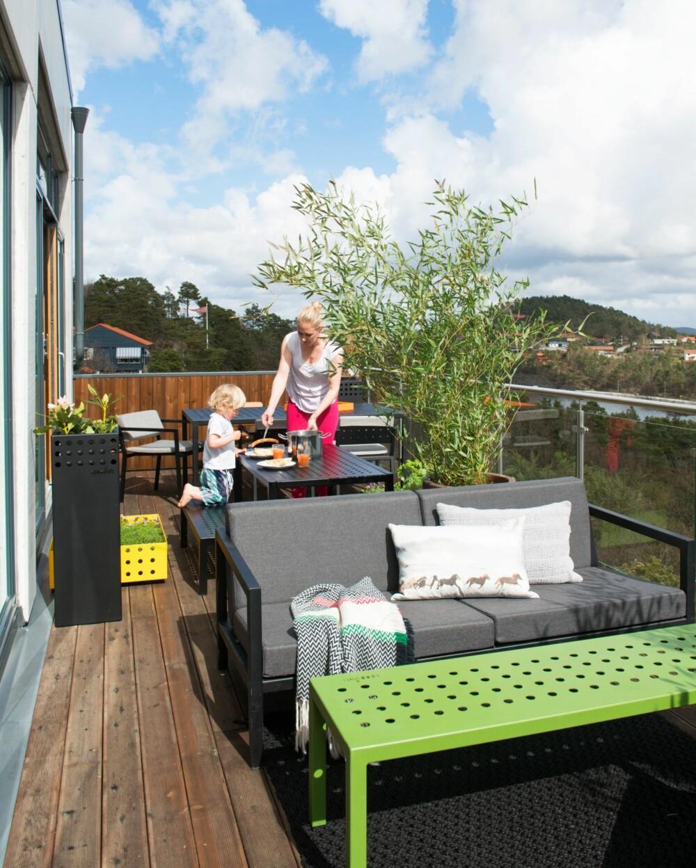 MØBLERT TERRASSE MED UTSIKT: Rekkverket i glass sørger for optimal utsikt fra terrassen. Alle møblene er fra Belindas eget firma, Sundays Design.