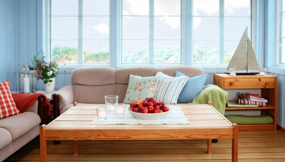 En blåtonet farge danner en rolig bakgrunn for møblene de allerede hadde, og samtidig gir fargen et friskt pust til rommet.
