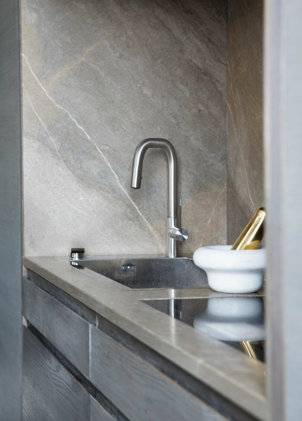 DISKRET: Vasken er innfelt i skapveggen. Benkeplater og veggene inni nisjen er av sandsten fra Fired Earth. Styling: Tone Kroken.