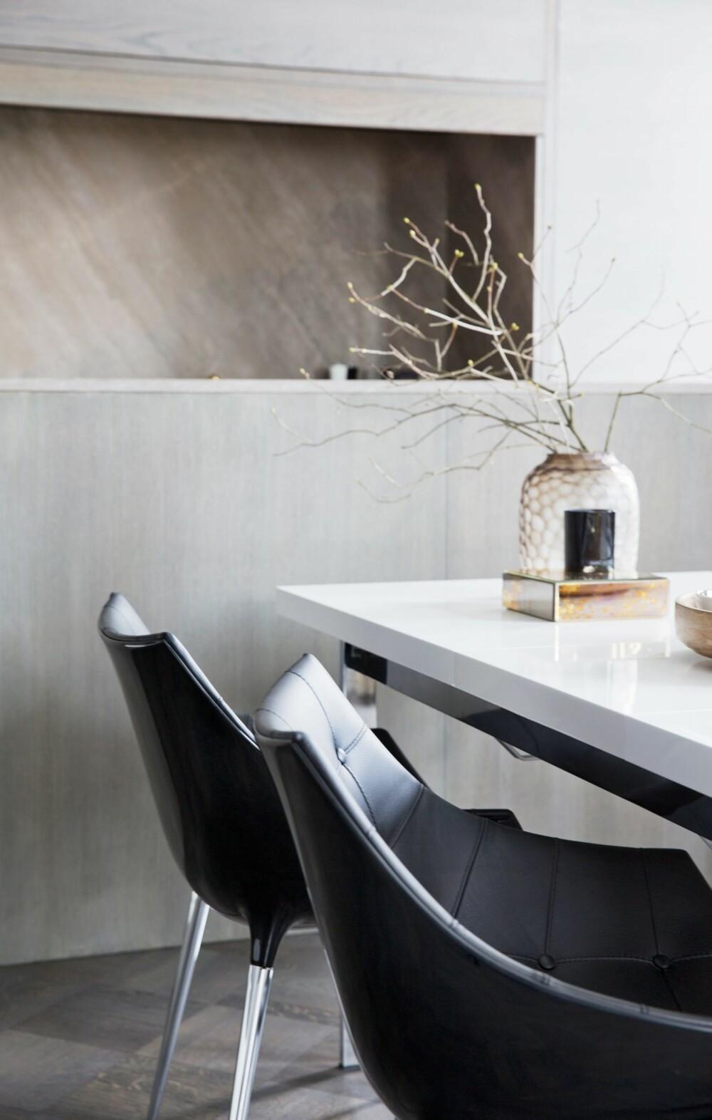 SMART TRIKS: En supersmal kjøkkenøy med høye kanter ut mot spisestuen skjuler rot. Hverken vask eller benkeflater er synlig fra spisesonen, slik oppleves kjøkkenet nesten som usynlig. Styling: Tone Kroken.