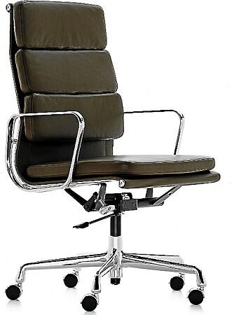 HØYRYGGET KONTORSKOL: Aluminiumsstolen Ea Softpad ble designet av Charles & Ray Eames i 1969.