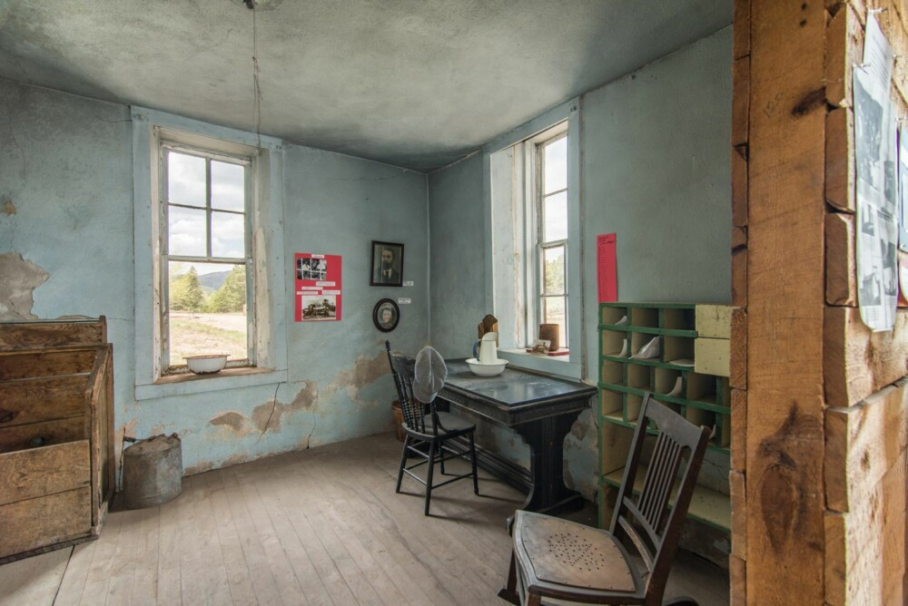 SKULLE BLI MUSEUM: To søstre kjøpte byen med planer om å restaurere den og lage museum av byen. Men ryktene sier de ble skremt bort av spøkelser.