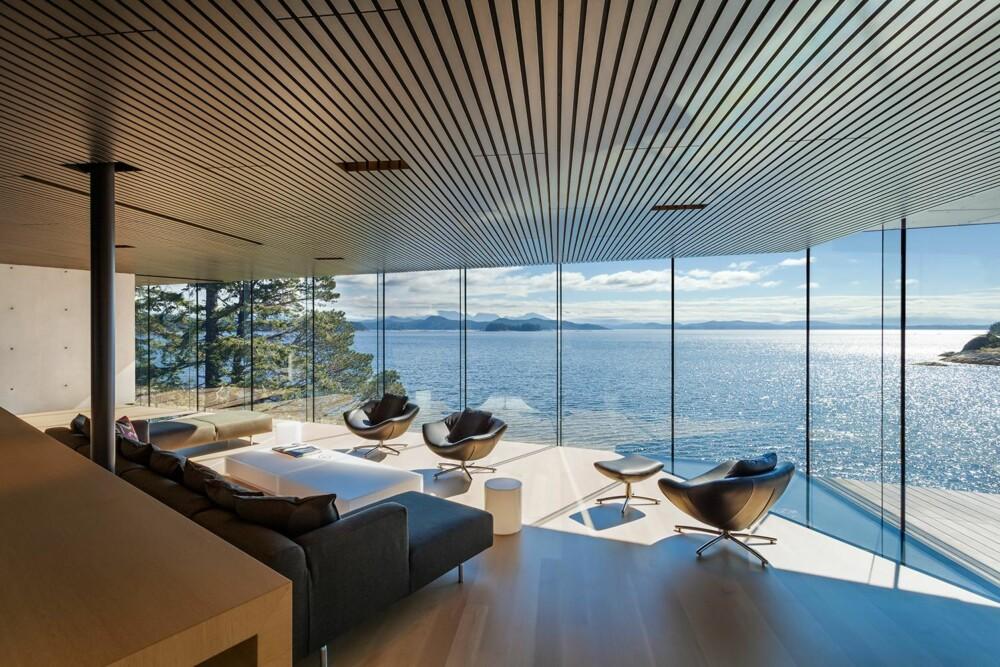 ÅPENBARINGEN: Huset ligger ved Canada's stillehavskyst og i det fjerne kan man se fjellene i British Columbia. (FOTO: James Dow/Patkau architects)