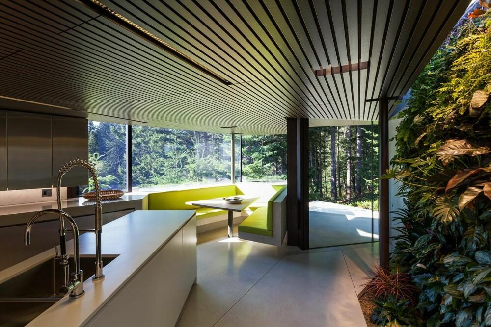 KJØKKENET: Også kjøkkenet med spisegruppe er holdt i den samme renskårede stilen som resten av interiøret. (FOTO: James Dow/Patkau architects)