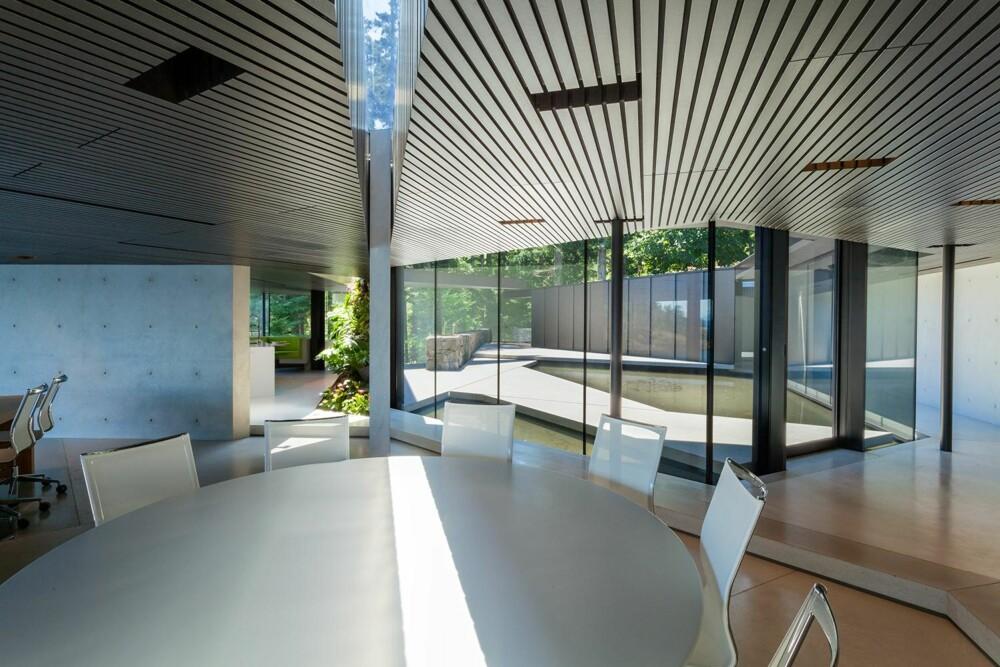 GLASS OG BETONG: I bygningsmaterialene er det en utstrakt bruk av glass og betong, noe som er med på å forsterke arkitekturens estetiske eleganse. (FOTO: James Dow/Patkau architects)