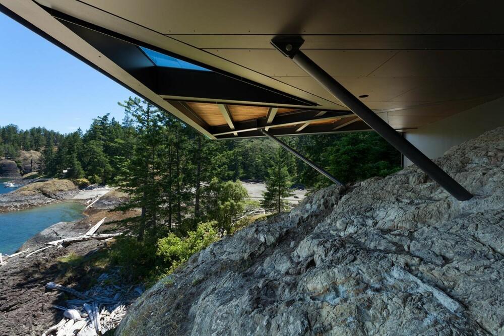 FORANKRET: Huset strekker seg ut over klippekanten og er støttet opp av stålpilarer. (FOTO: James Dow/Patkau architects)