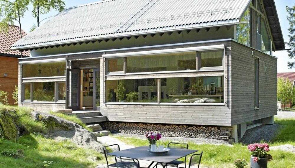 HUSET I SKOGEN: Tanken var at huset skulle åpne seg inn mot skogen og ha minimalt med vinduer mot boligfeltet huset ligger i.