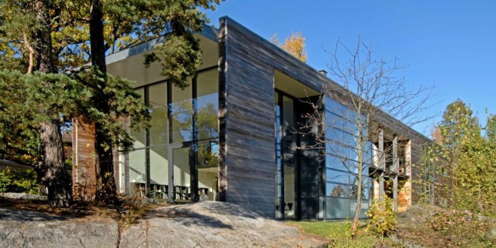 UTADVENDT:  Hele husets østlige vegg åpner opp mot sjøen ved hjelp av en gedigen glassvegg. Smekre vindusprofiler bidrar til det lette uttrykket.