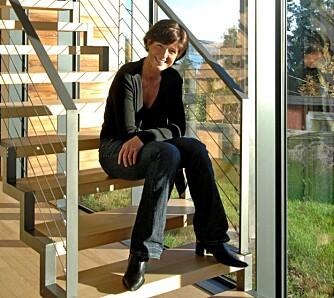 HJERNEN BAK: Arkitekt Annette Tandrup Lyngesen trives godt i eget byggverk. ¿ Husets bærekonstruksjon består av tre «skiver» som følger husets lengderetning, inspirasjonen kommer fra industrien, forklarer Anette. Skivene, som er basert på prefabrikkerte elementer, var rimelige. Mens de store glassfeltene og aluminiumsprofilene drev byggekostnadene opp.