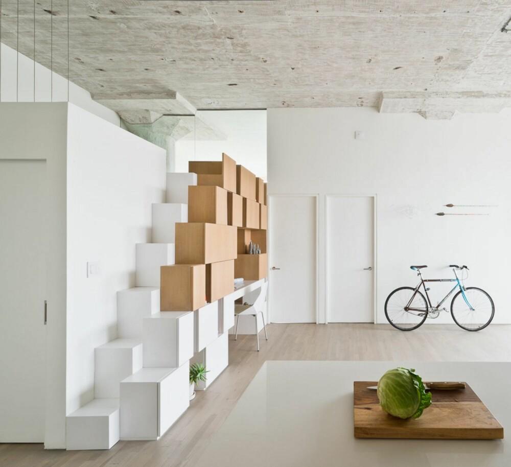 TRAPPEN I BOKS: I stedet for en tradisjonell trapp, lot arkitektene trappen opp til mezzaninen formes av boksene.