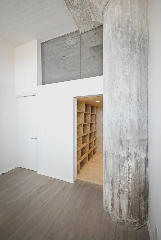 LAGRINGSPLASS: Selv inne i boden er boksologien tatt i bruk. Legg også merke til glasset over boden. Glass er brukt mye i leiligheten for å slippe det naturlige lyset inn i hele leiligheten.
