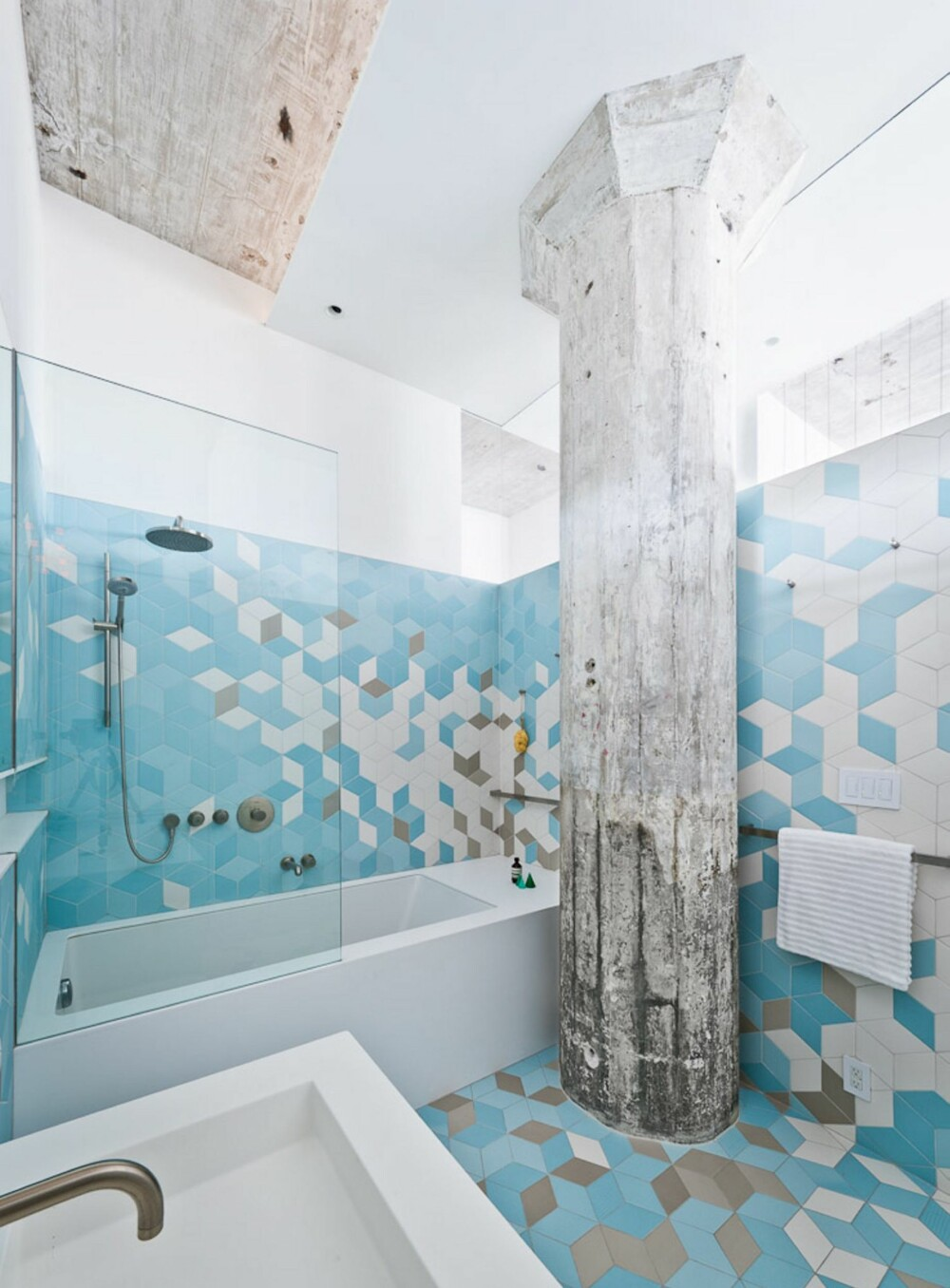 NATURLIG LYS: I stedet for å bygge hele badet inn, ble den øverste delen av den ene veggen utstyrt med glass, slik at det naturlige lyset kunne slippe inn.