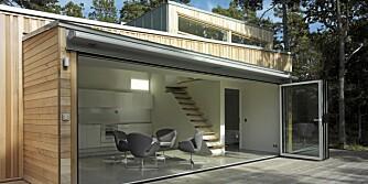 FULL ÅPNING: Når glassdørene skyves til side, åpnes hytta helt mot naturen rundt.