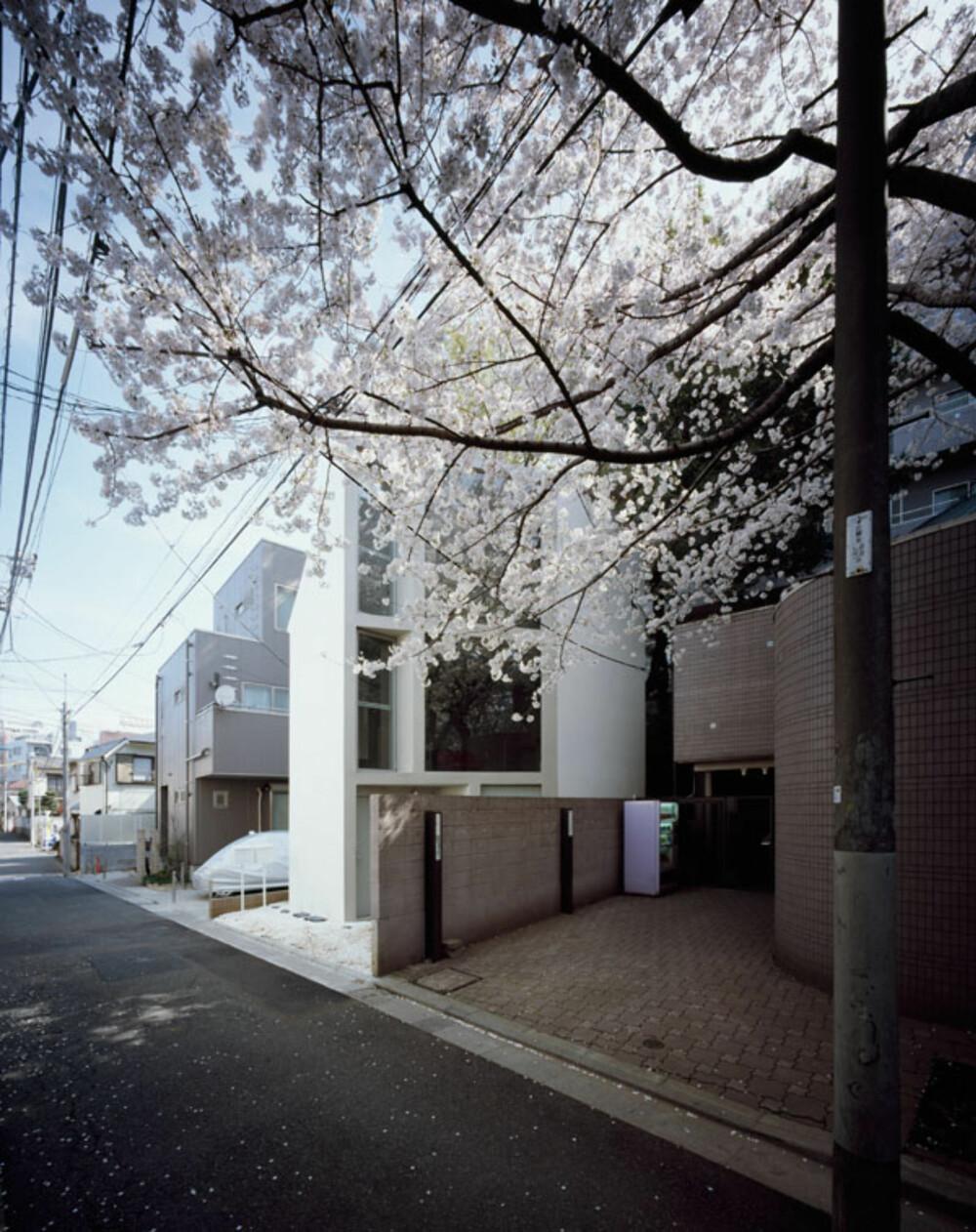 TRANGE TOMTER: I Tokyo ligger dette huset som arkitektene måtte snu sidelengs for å få mest mulig lys og luft inn.