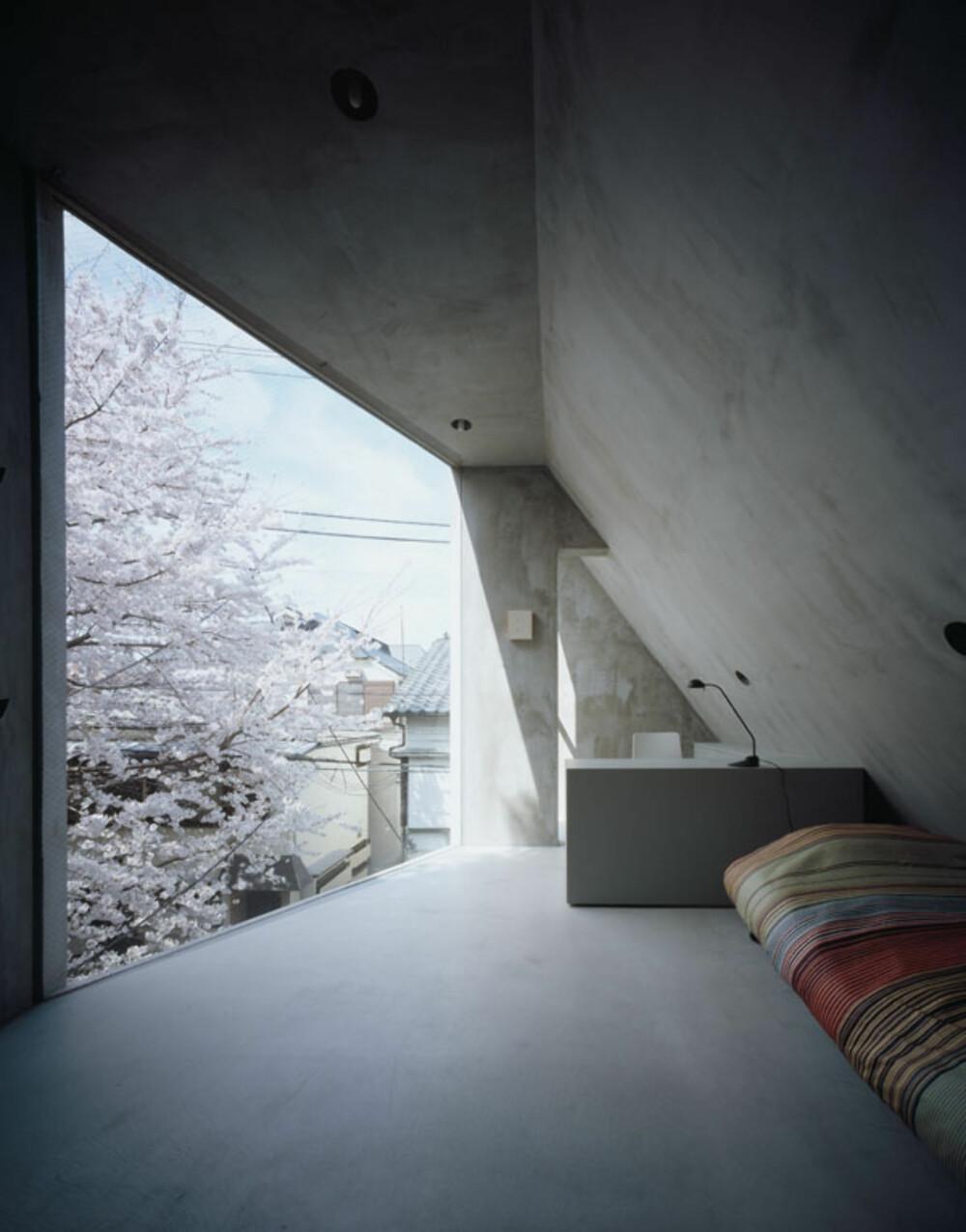 KOMPAKT: På soverommet er det også utsikten som får lov til å være det største blikkfanget.