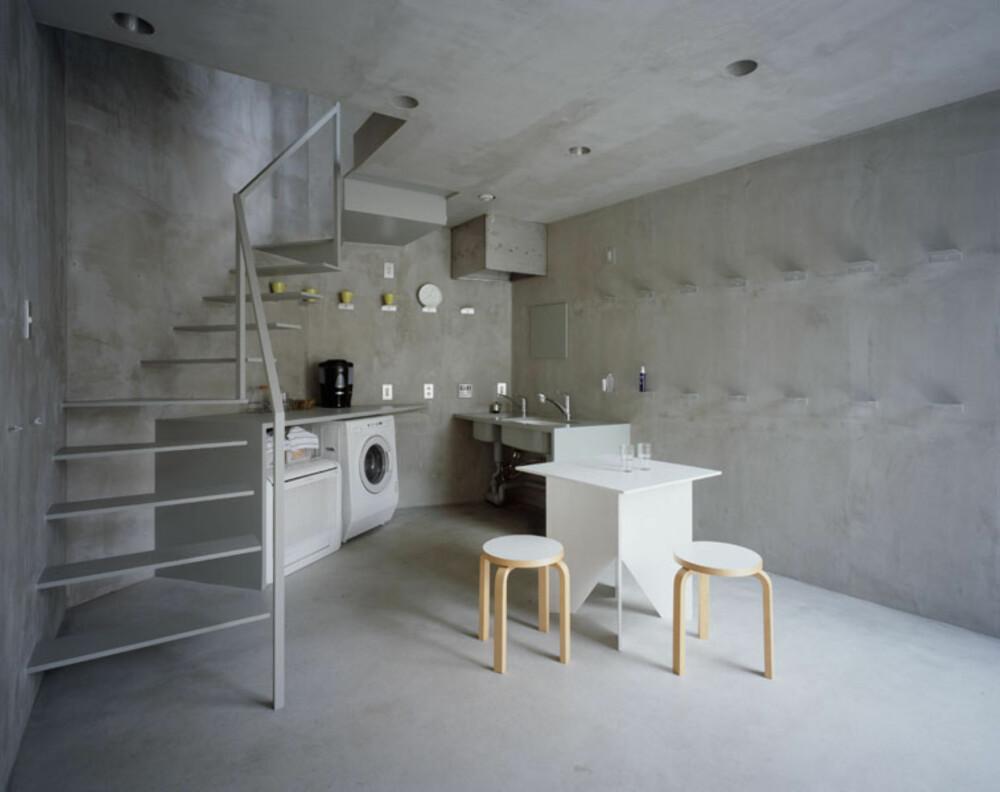 KJØKKEN: Også kjøkkenet har funksjon i høysetet. Enkelt, stramt og rått.