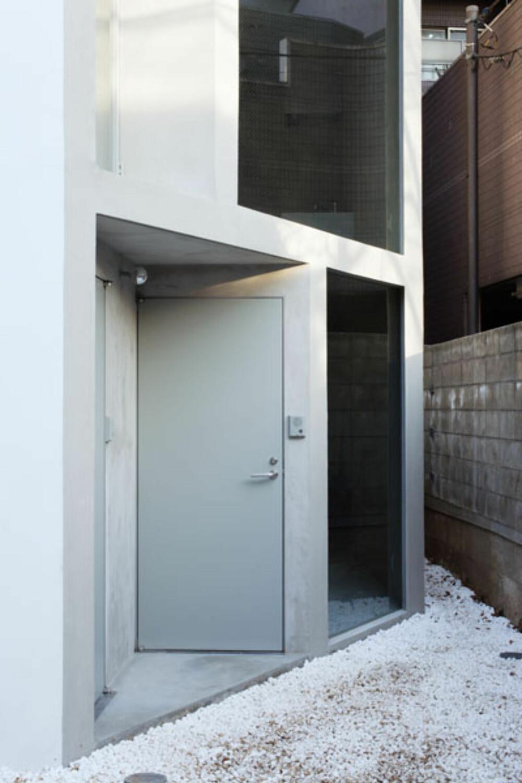 INNGANG: Det skråstilte huset byr på mange unike detaljer.