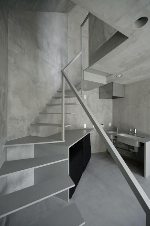 BETONG: Også interiøret i den lille leiligheten er holdt i betong.