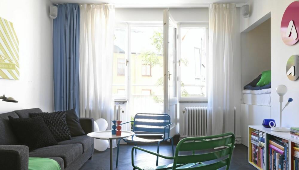 KOMPAKT STUE MED ALKOVE: En innebygget, 120 cm bred sovealkove medinnfelt belysning utgjør et lite rom i rommet.