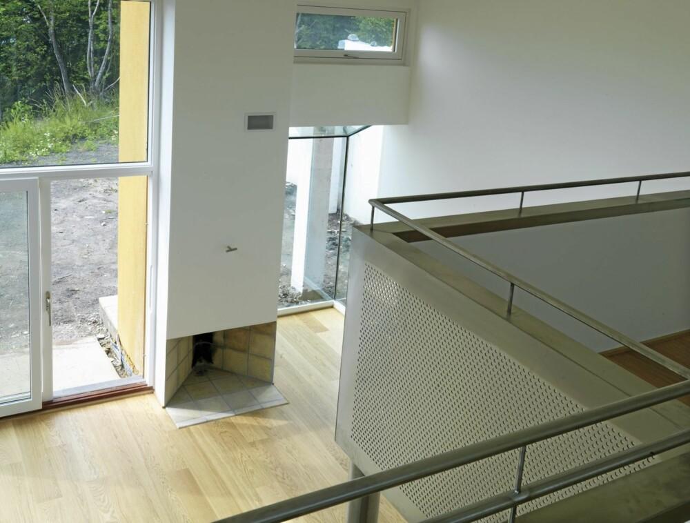 STOR UTSIKT FRA TOPPEN: Her ser vi fra mezzanin-etasjen og rett ned i stuen med gulv av massivtre.