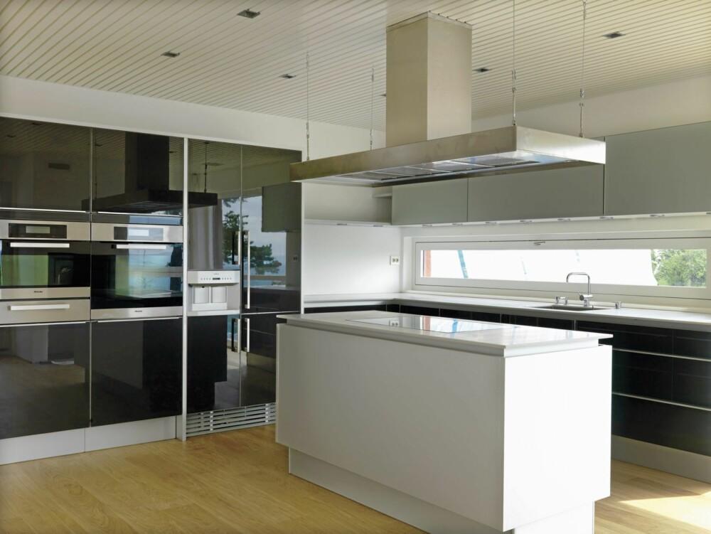 ET RENT ROM: Kjøkkenet med de stramme linjene preges av rene flater og solide materialer. Legg merke til det lange, smale vinduet over benkeplaten.