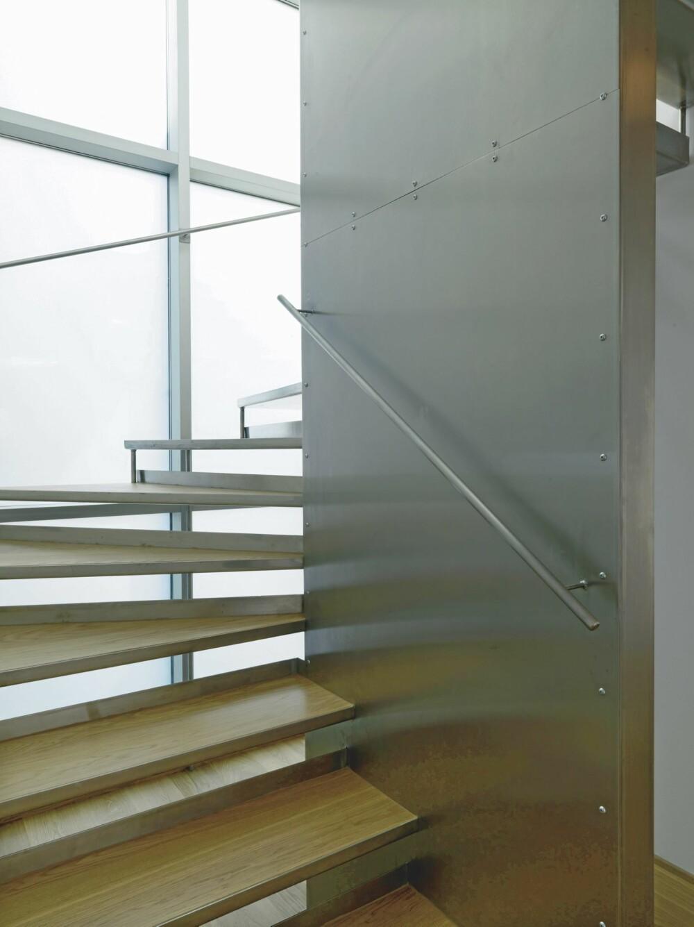 GÅ OPPOVER MED STIL: Trappen er også tegnet for at den skal matsje arkitekturen ellers i huset.