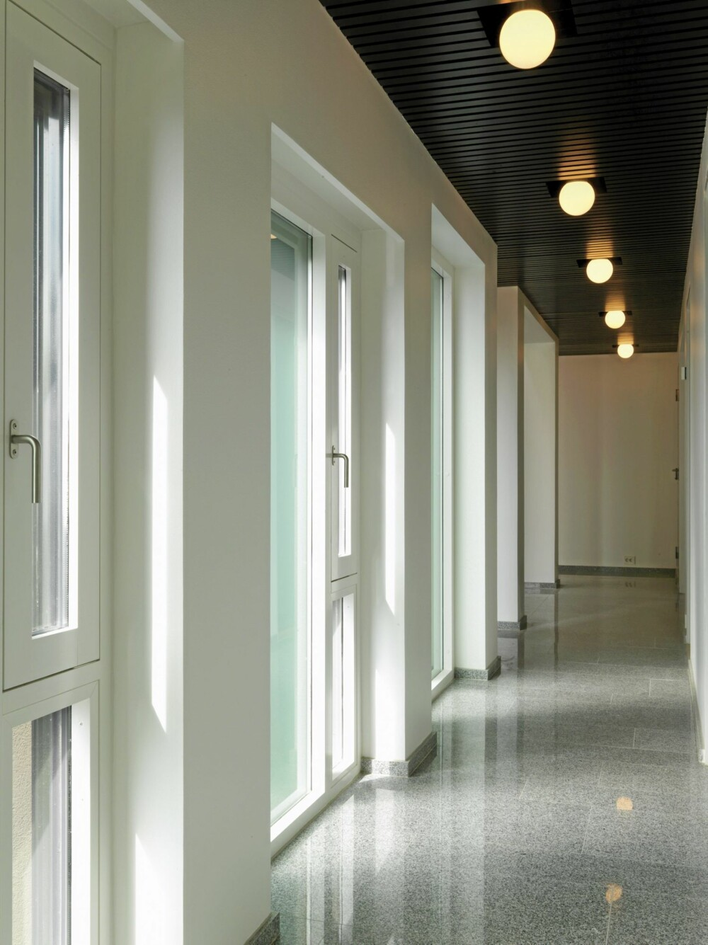 SOFISTKERT ENTRE: Hallen er utført i den samme, stramme stil som resten av anlegget.