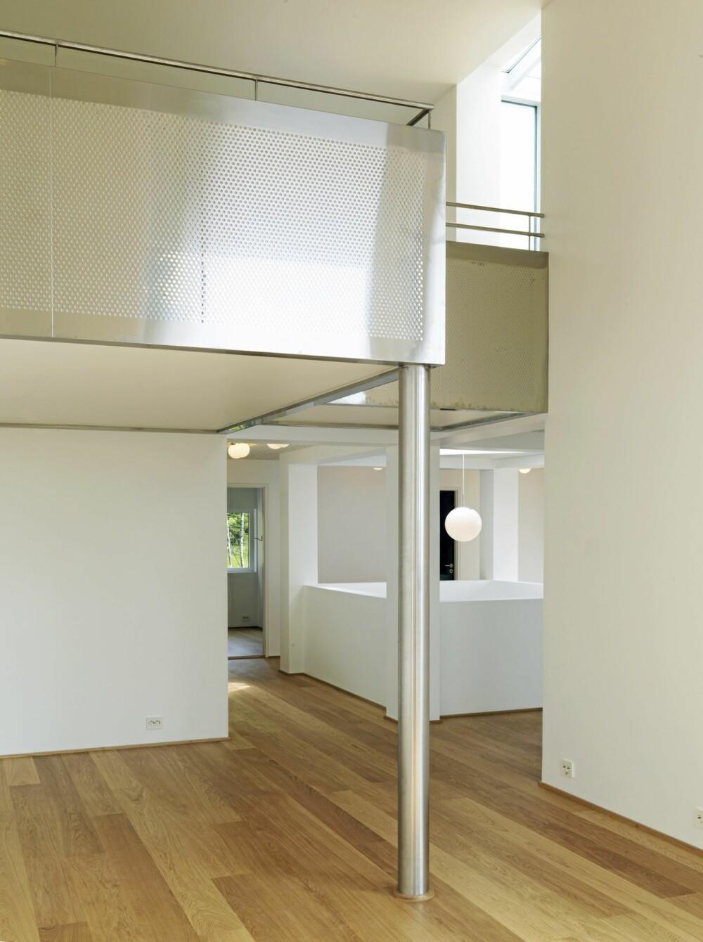 FLERE ROM I HØYDEN: Her ser du stuen med mezzanin. I bakgrunnen sentralrommet som går over flere etasjer.