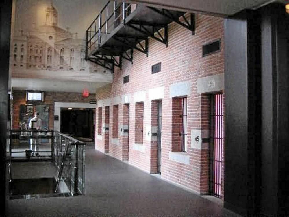 GRØSS OG GRU: I disse gangene gikk en gang fengselsvakter jevnlige runder for å passe på at fangene oppførte seg på cellene sine.