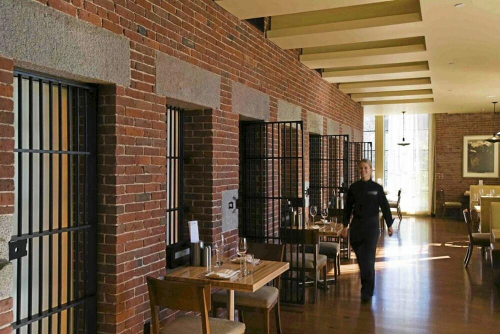 BAK LÅS OG SLÅ: Spis middag på hotellets resturant Scampo (som på italiensk betyr Escape)