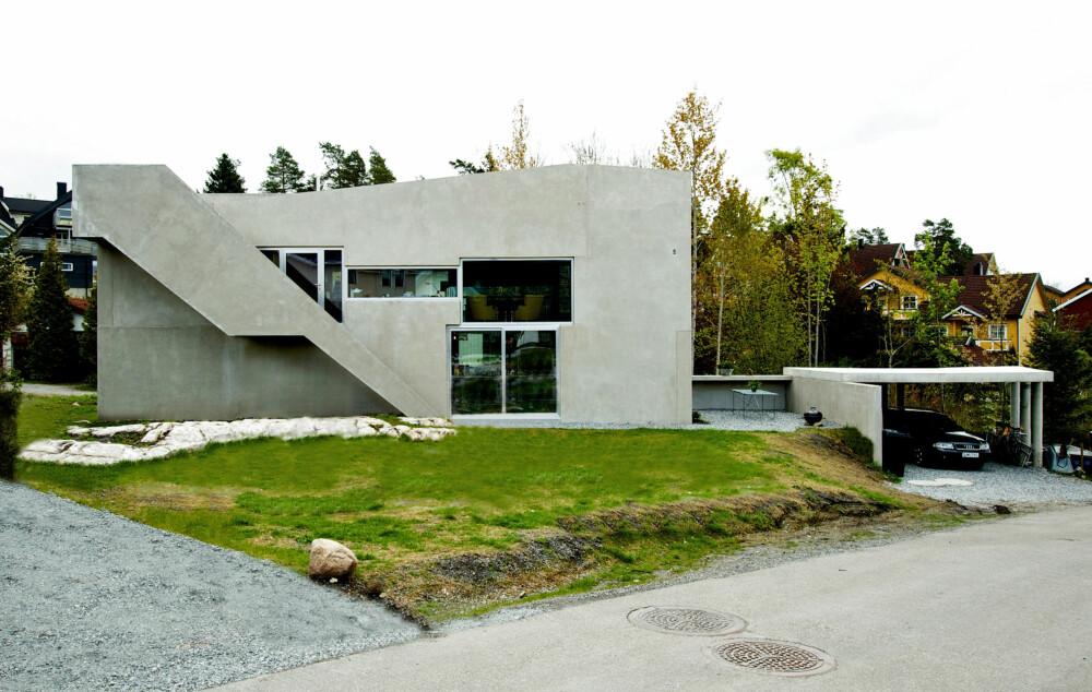 PUSLESPILL: Hele boligen er satt sammen av betongelementer, som biter i et puslespill. Man kan ane konturene av hvert element på fasaden.