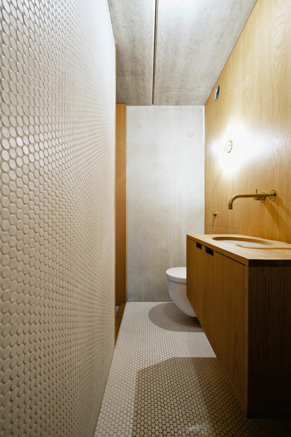 STRAMT: Hele husets formuttrykk er stramt og kjølig. Det kommer også til uttrykk på badet, som også er smalt og avlangt, lik hele huset.
