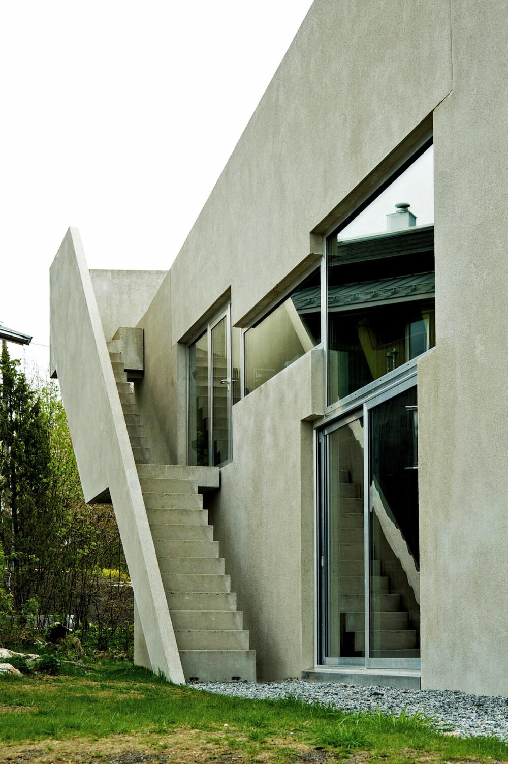 HIMMELTRAPP: En utvendig trapp fører opp til takterrassen, som er skjermet ved at betongelementene er trukket opp over takhøyde.