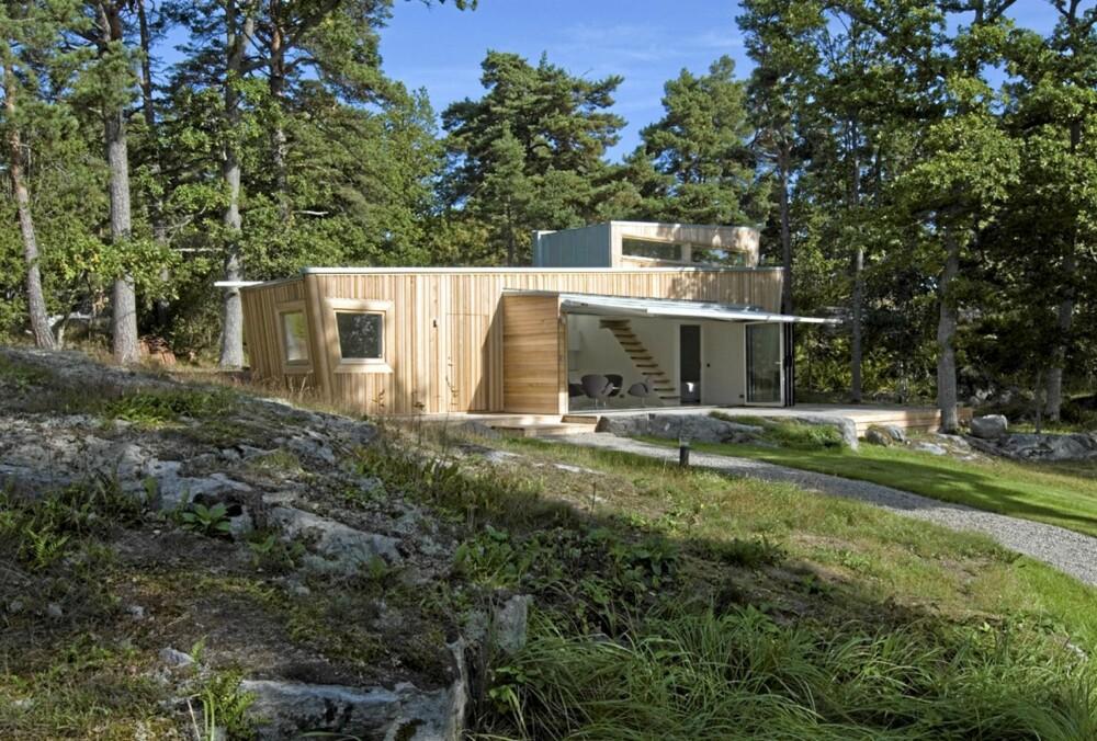 FULLSTENDIG I TRE: Hytta er bygget av tre, med lerk som ytterkledning og furu i reisverket og i dører og vinduer.