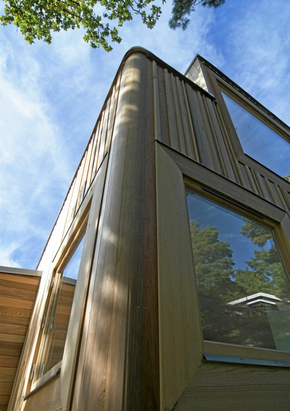 ESTETISK: Ytterkledningen er tilskåret med forskjellige bredder og former. Legg merke til avslutningen av hjørnene og rundt vinduene.