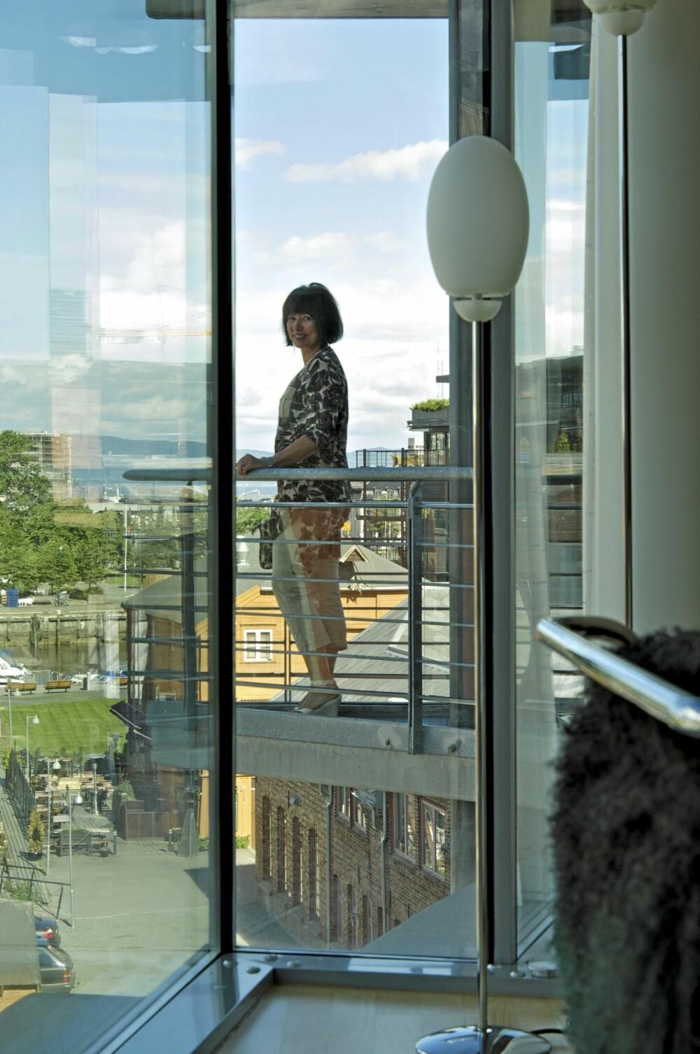 ET LUFTIG LIV: Fra den krumme terrassen rett utenfor stuen har beboer Sissel Nordberg utsikt over en helt ny bydel i Trondheims havnefront.