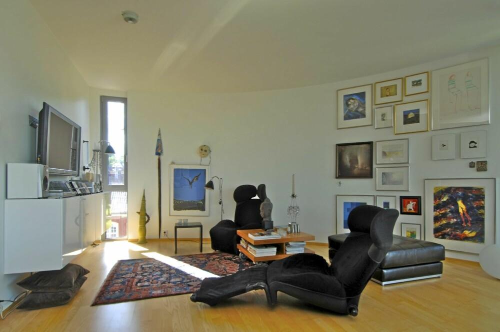 ET STILLE STED FOR AVKOBLING: I den indre delen av stuen er kunst og møbler valgt med omhu for å matsje hverandre.