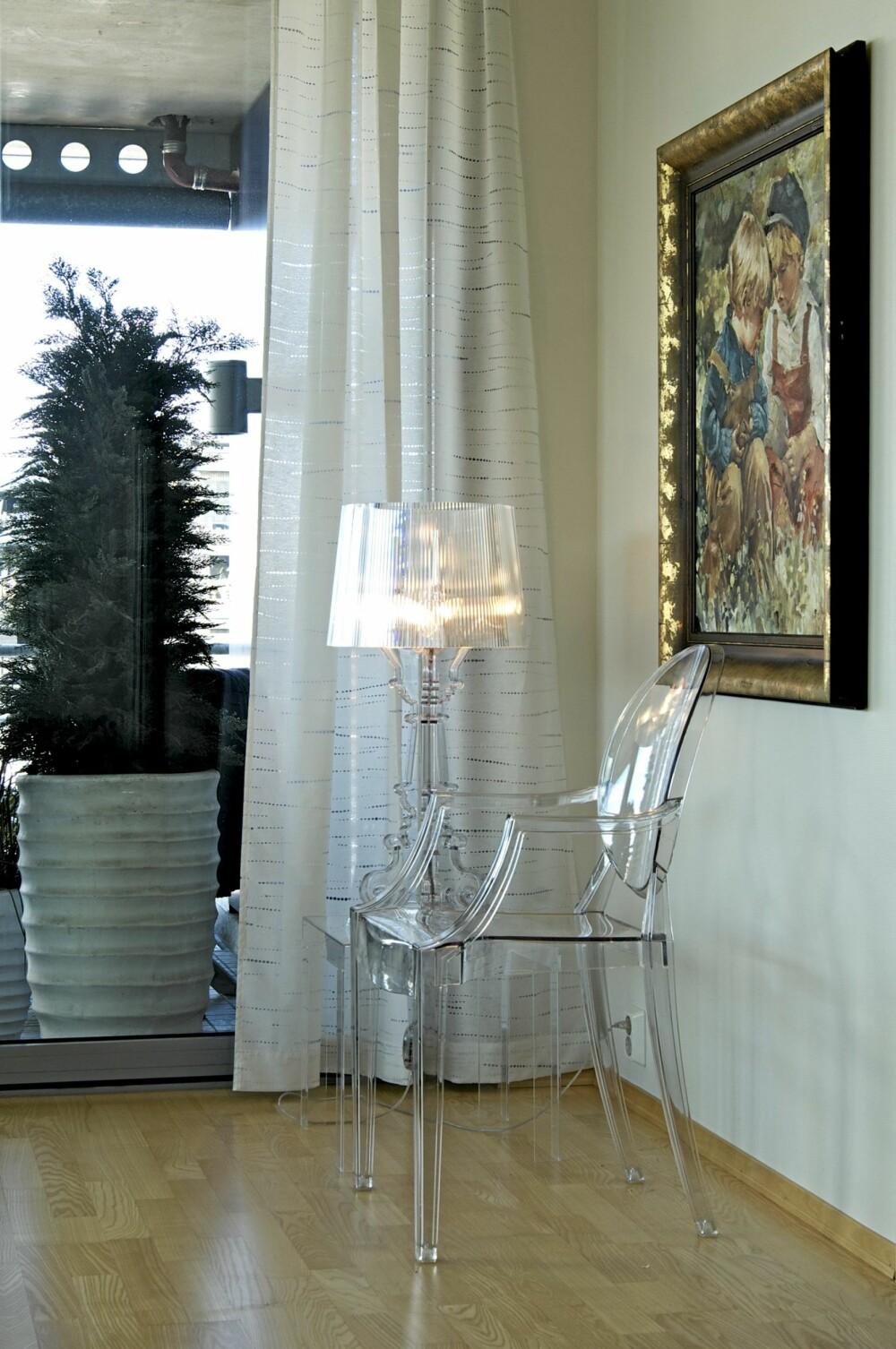 GLASSKLAR MIKS: Fra kjøkkenet ser du mot stuen og sjøen, og i front står en av Philippe Starcks transparente plaststoler. Den er en av Sissels møbelfavoritter.