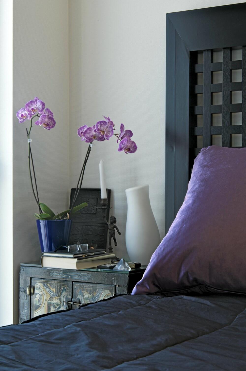 LEKKERT: Den mørkbeisete sengen i et hardtreslag har Sissel Nordberg selv designet og fått laget hos et snekkerverksted på Leinstrand.