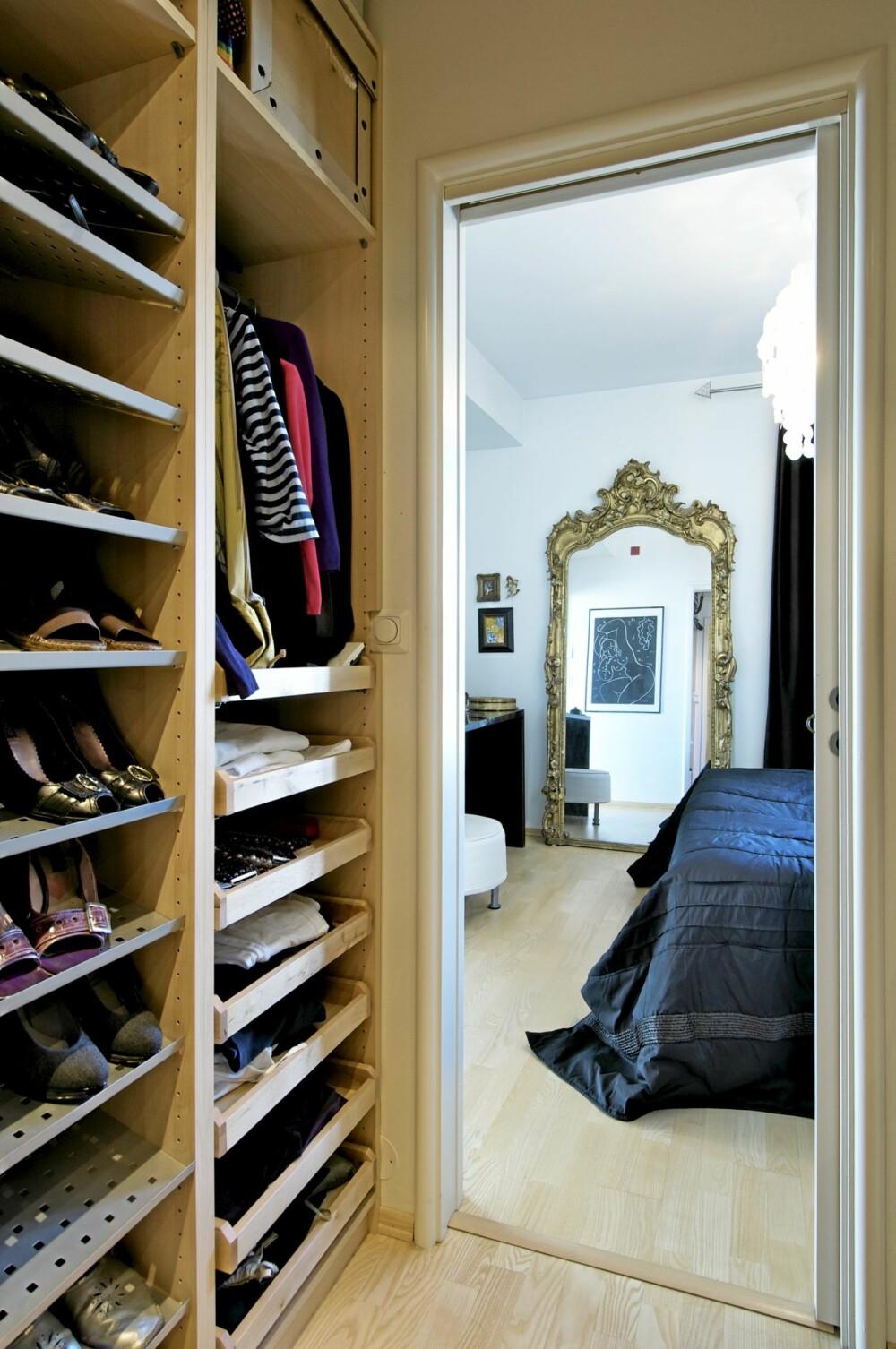 PRAKTISK BELIGGENHET: Den rommelige walk-in garderoben ligger like ved soveværelset.
