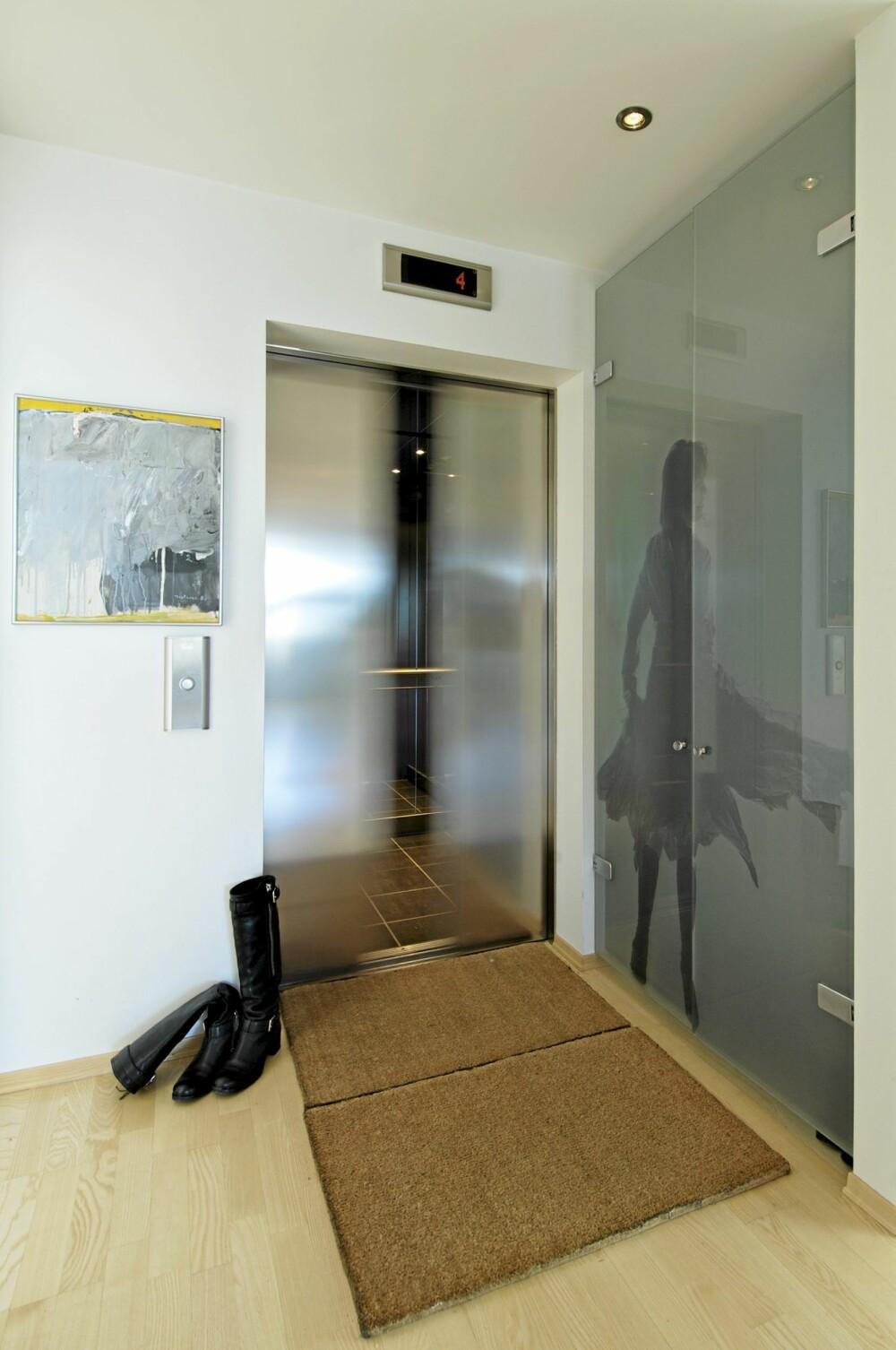 RETT PÅ FJORDEN: Fra gaten kommer du  med heisen rett opp i leiligheten til interiørarkitekten. Idet du stiger ut av heisen ser du rett gjennom kjøkkensonen og mot fjorden. Ilustrasjonen på veggen er laget av beboerens datter.