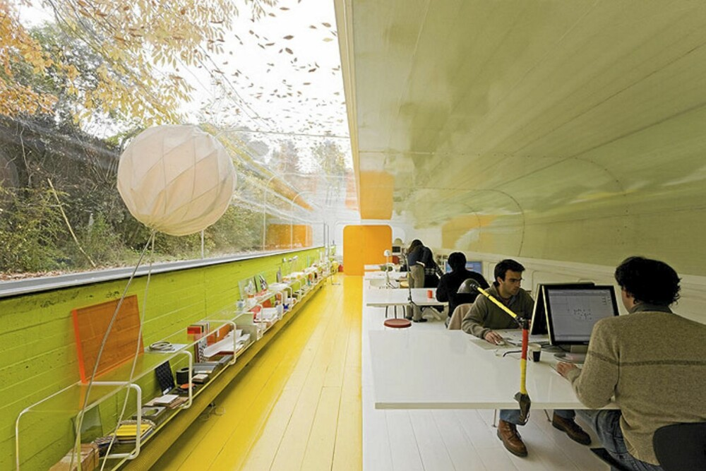 FARGEFEST: Inne på kontoret fortsetter bruken av toner som finnes i naturen.